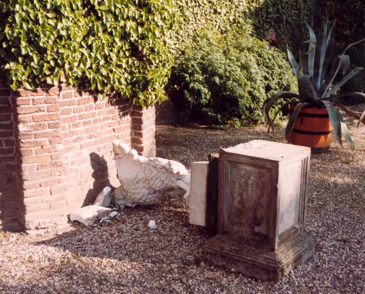 tuin ornament vogel (haan) van sokkel gevalen 2001