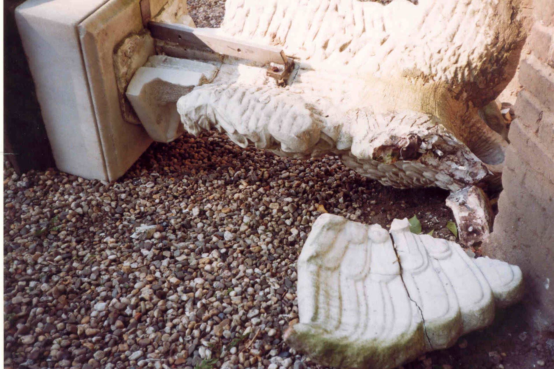 tuin ornament vogel (haan) van sokkel gevalen close-up 2001